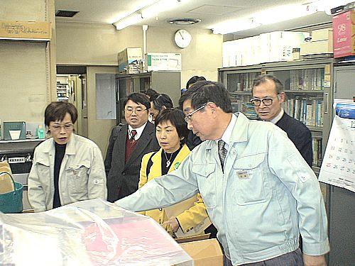 センター所長(右手前)の説明を聞く八田前参院議員(その左)ら=名古屋市北区